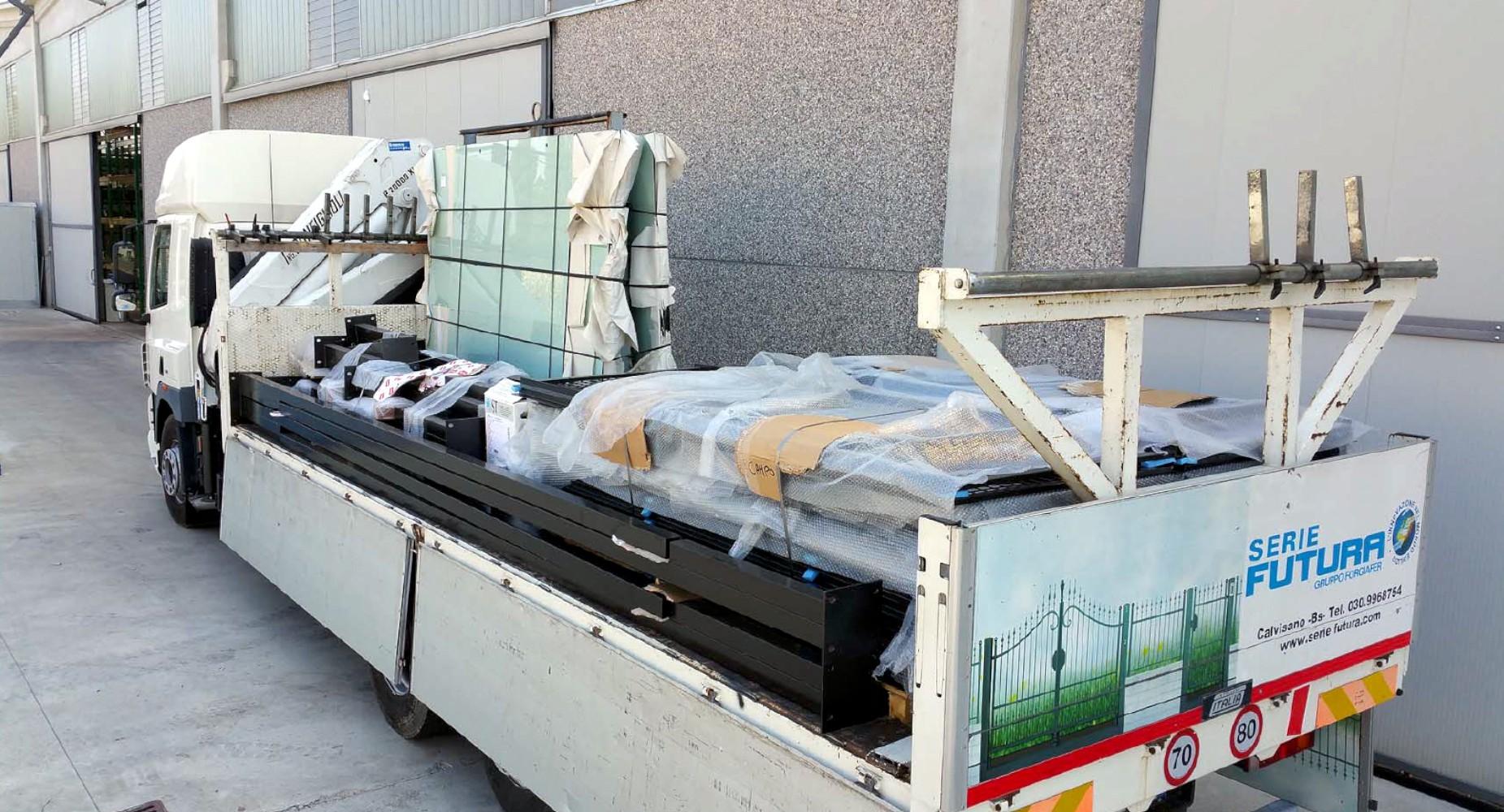 Fase di trasporto dei campi da Padel. Dispondendo di mezzi propri, Forgiafer è in grado di trasportare le proprie strutture rapidamente e in tutta Italia, risolvendo in modo collaudato tutti i problemi logistici legati a questo tipo di strutture, dalla progettazione all'installazione.